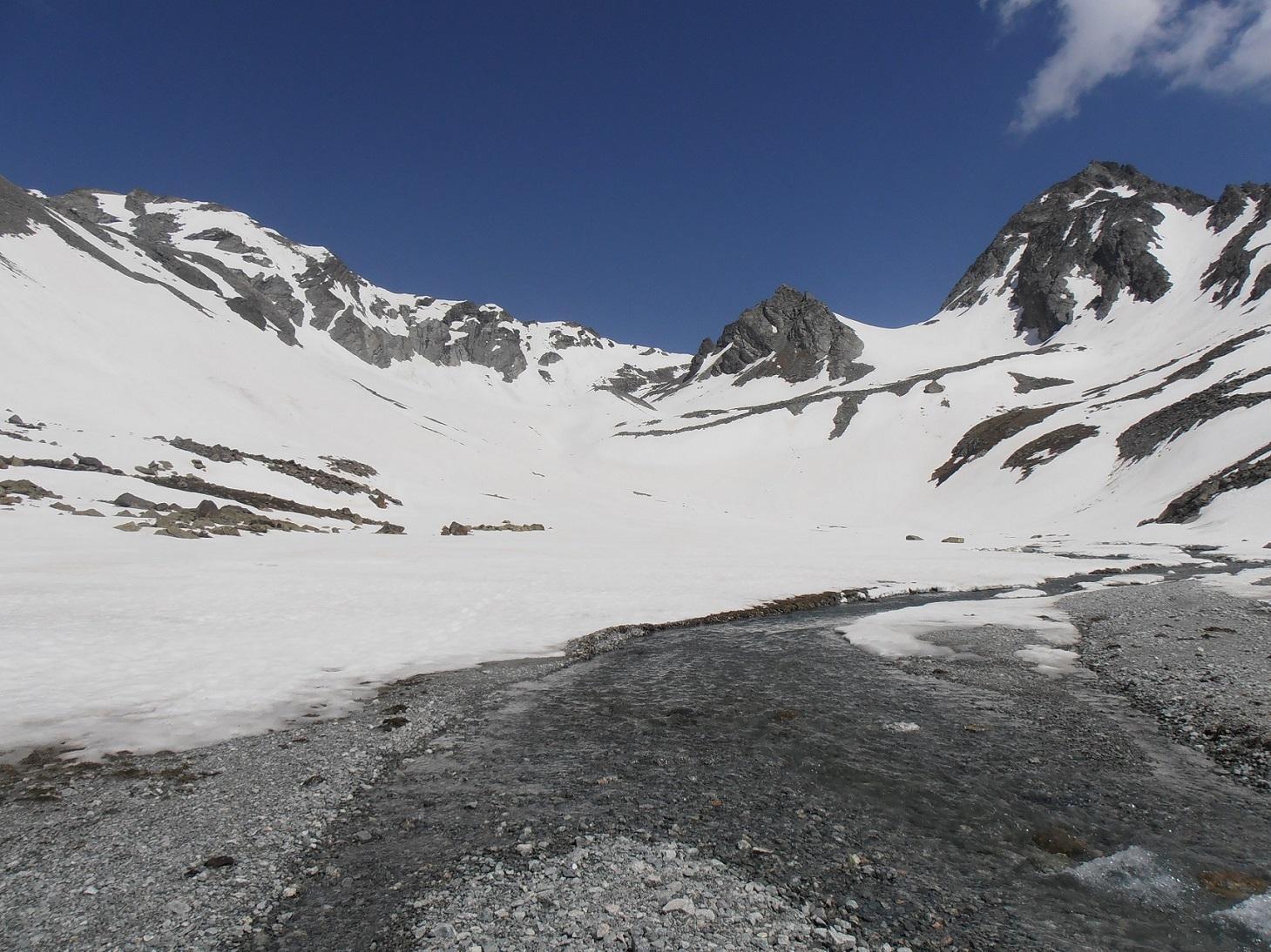07 - pianoro del Bivacco Spataro, elevata probabilità di farsi il bagno nel guadare i ruscelli sommersi dalla neve