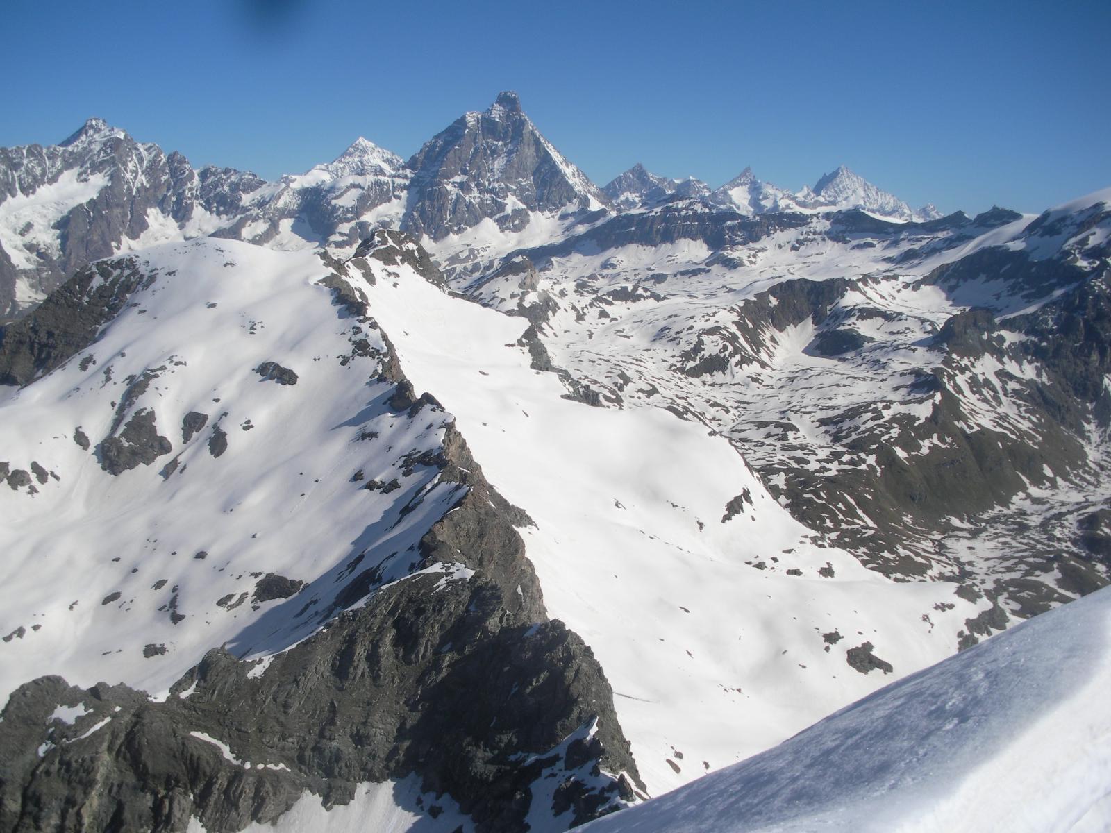 Sguardo a nord sul Cervino e i colossi del Vallese dalla vetta massima..