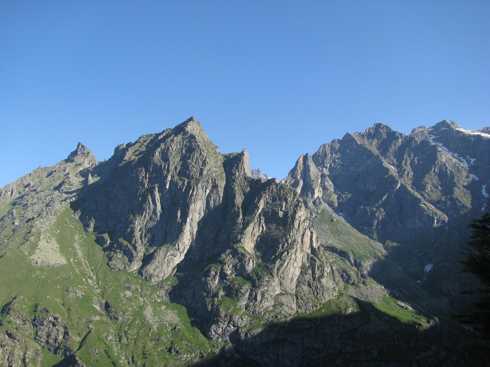 LSalendo la cresta, magnifica vista sui paretoni del M. Castello