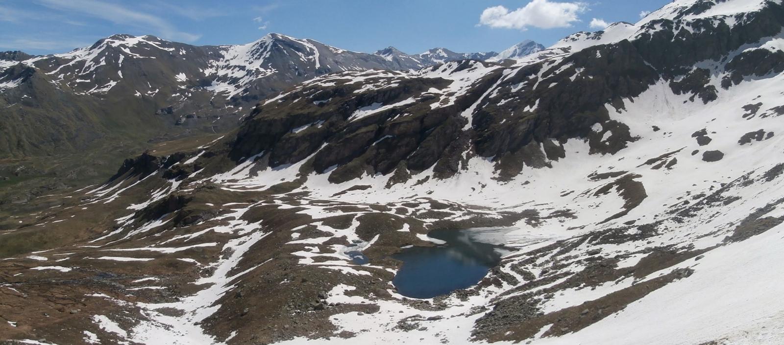vista  sul lago Money dall'alto,sullo sfondo la Tersiva...