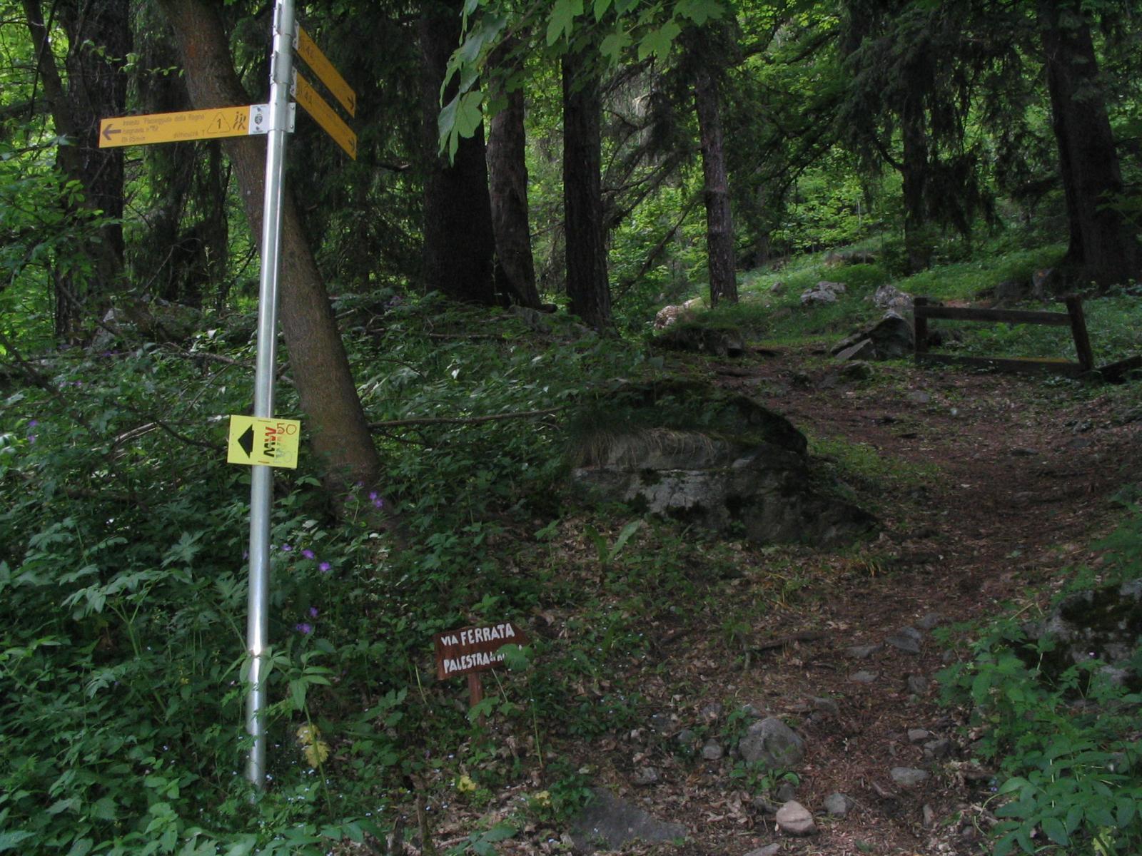 primo cartello da seguire, appena oltre il laghetto