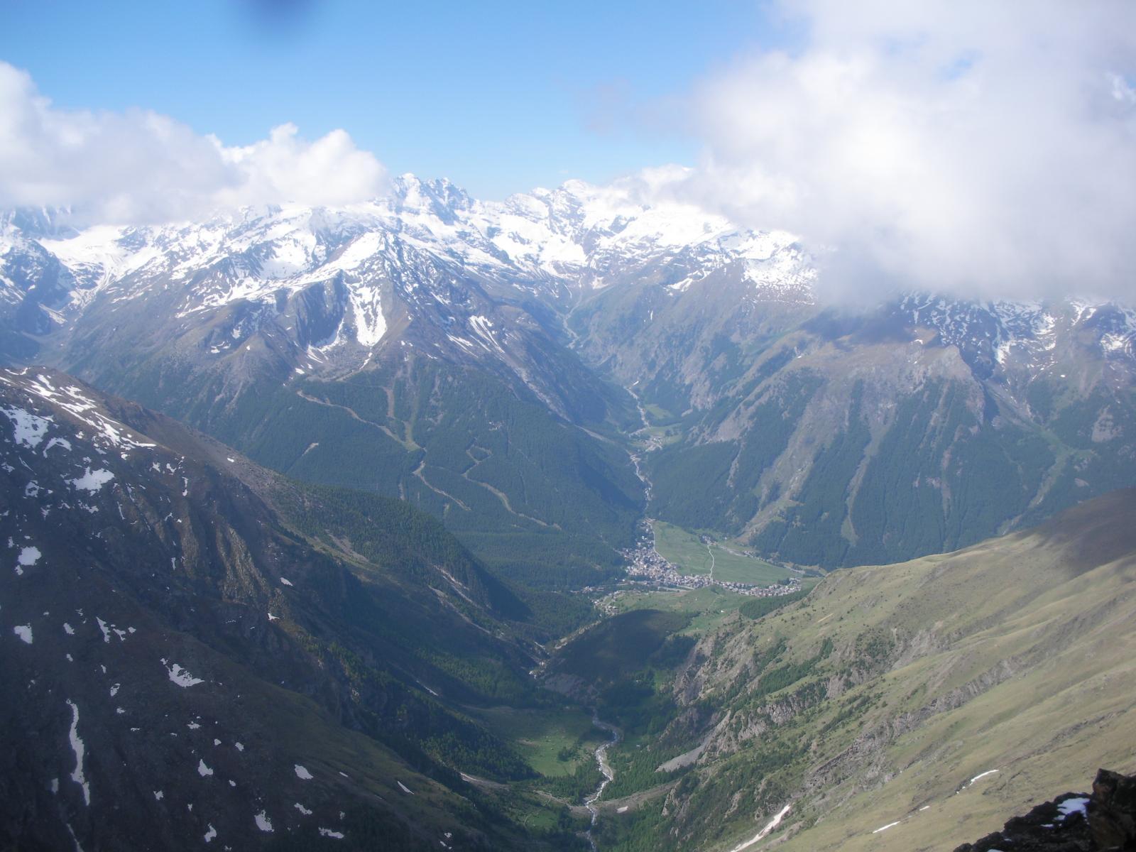 ..parte del vallone del Grauson..con Cogne al centro e il Grampa al fondo..dalla vetta..