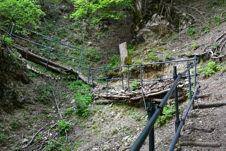 tratto di sentiero parzialmente franato e messo in sicurezza