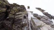 Breve tratto tra le roccette nella parte finale del pendio nevoso