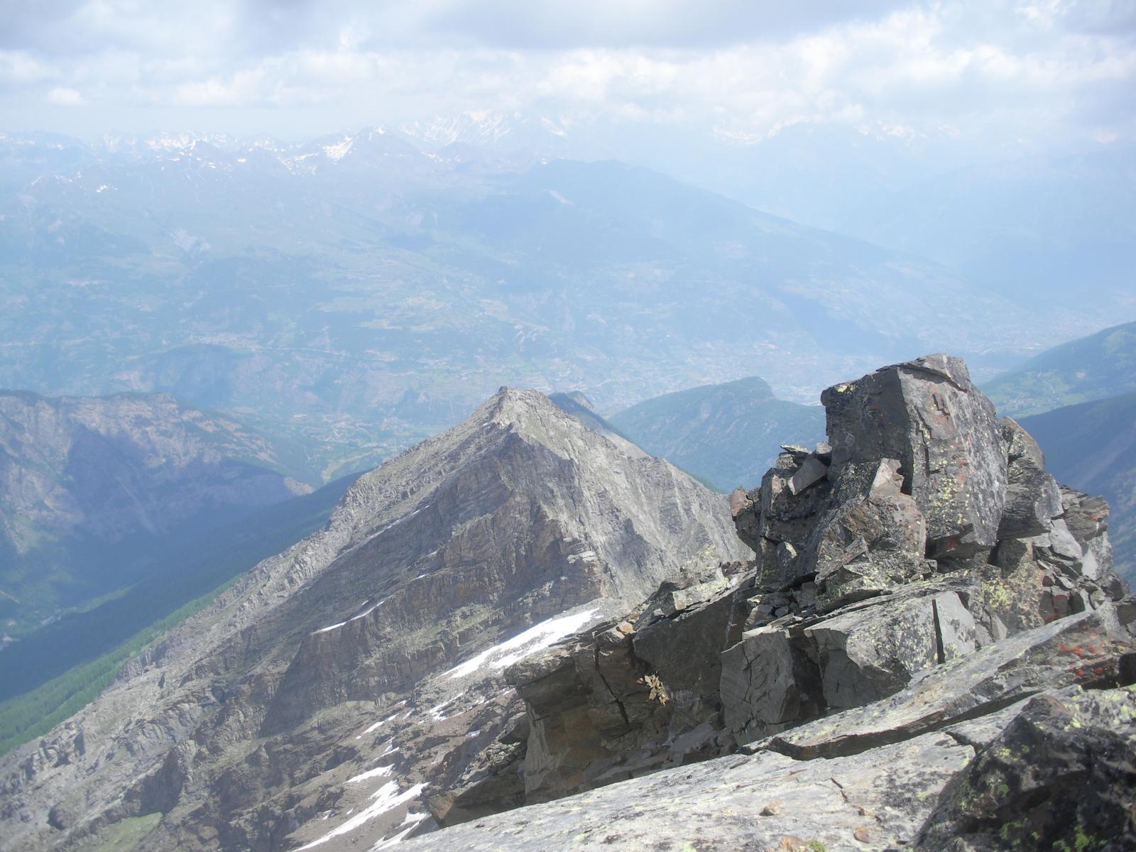 ..e a nord vista sulla piu' modesta punta Chamoussiere..