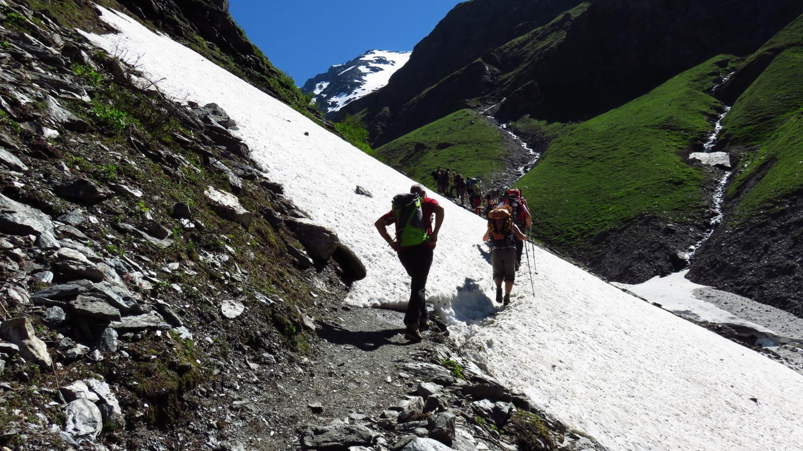 prime lingue di neve lungo il sentiero per il Rifugio Bezzi
