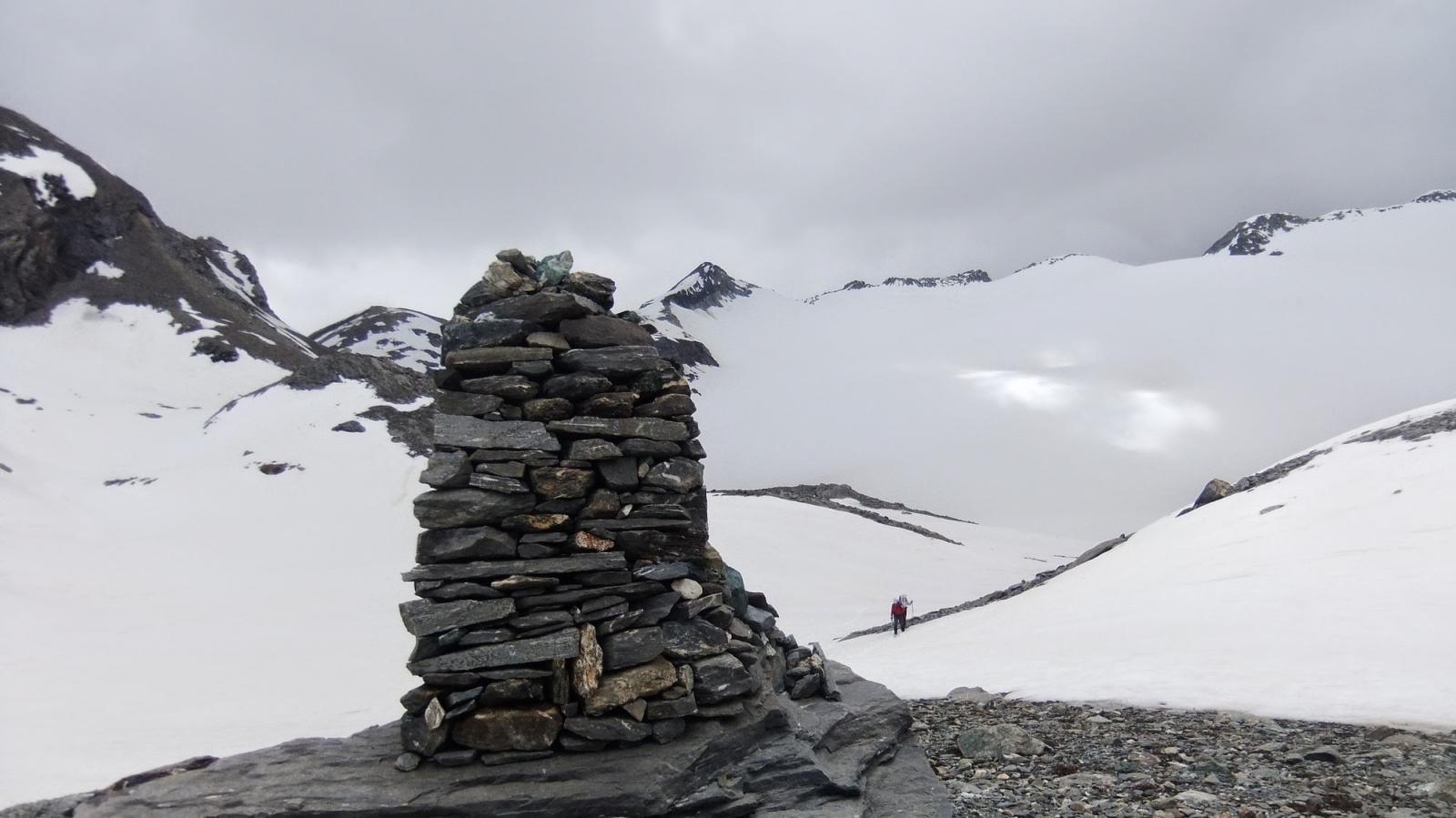 un monumentale ometto di pietre sulla via per il Colle Bassac Derè
