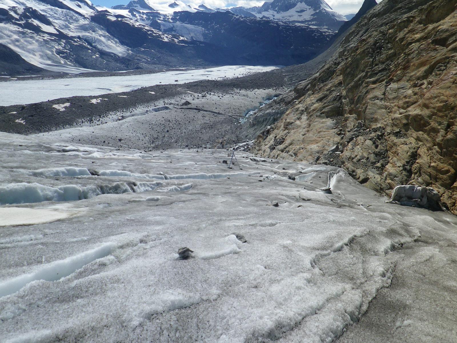sul ghiacciaio sporco, pali si segnalazione