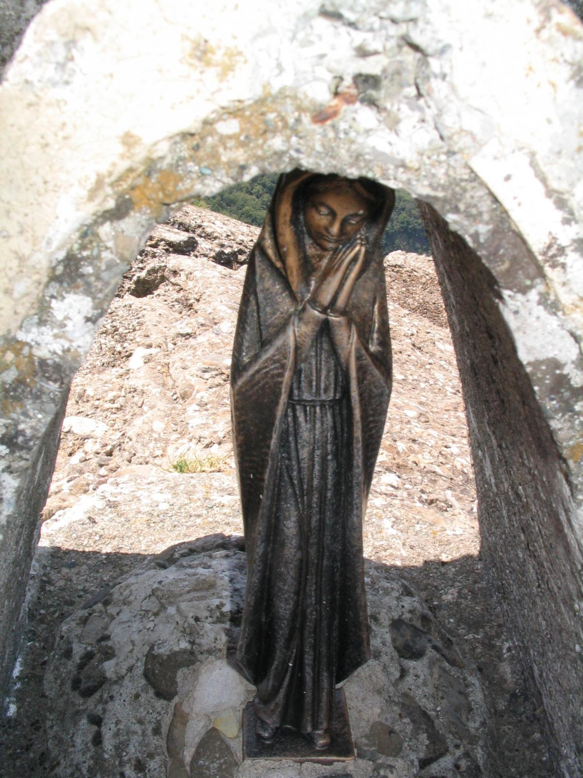 Una madonnina seduta sulla Cadrega del Diau: spiritosi, questi liguri!