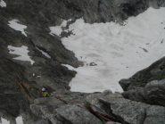 la doppia di discesa si situa 15 metri lungo la cresta N, sosta con catena
