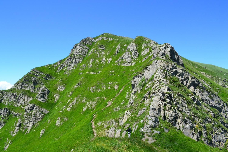 il Monte Orsaro con, a destra, la fascia rocciosa percorsa in disarrampicata. Più a sinistra il tracciato corretto su sentiero