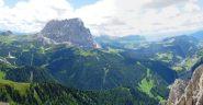 panorama dalla cima verso la val gardena, con sasso lungo e alpe di siusi