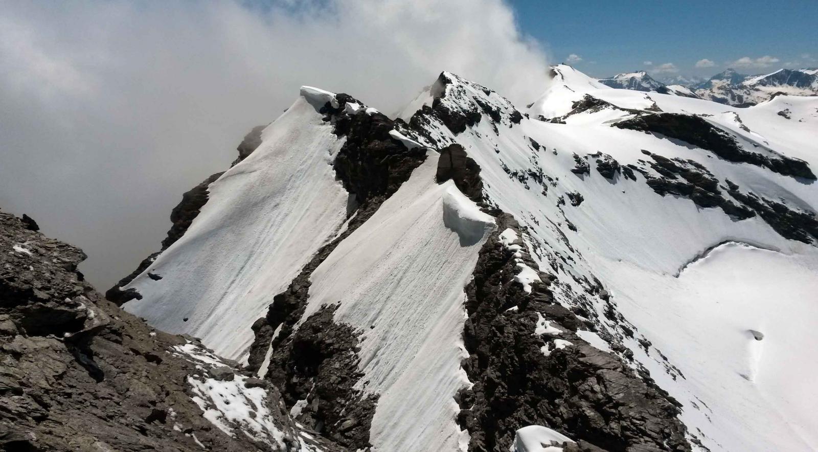 la cresta vista dalla punta basei. galisia in fondo
