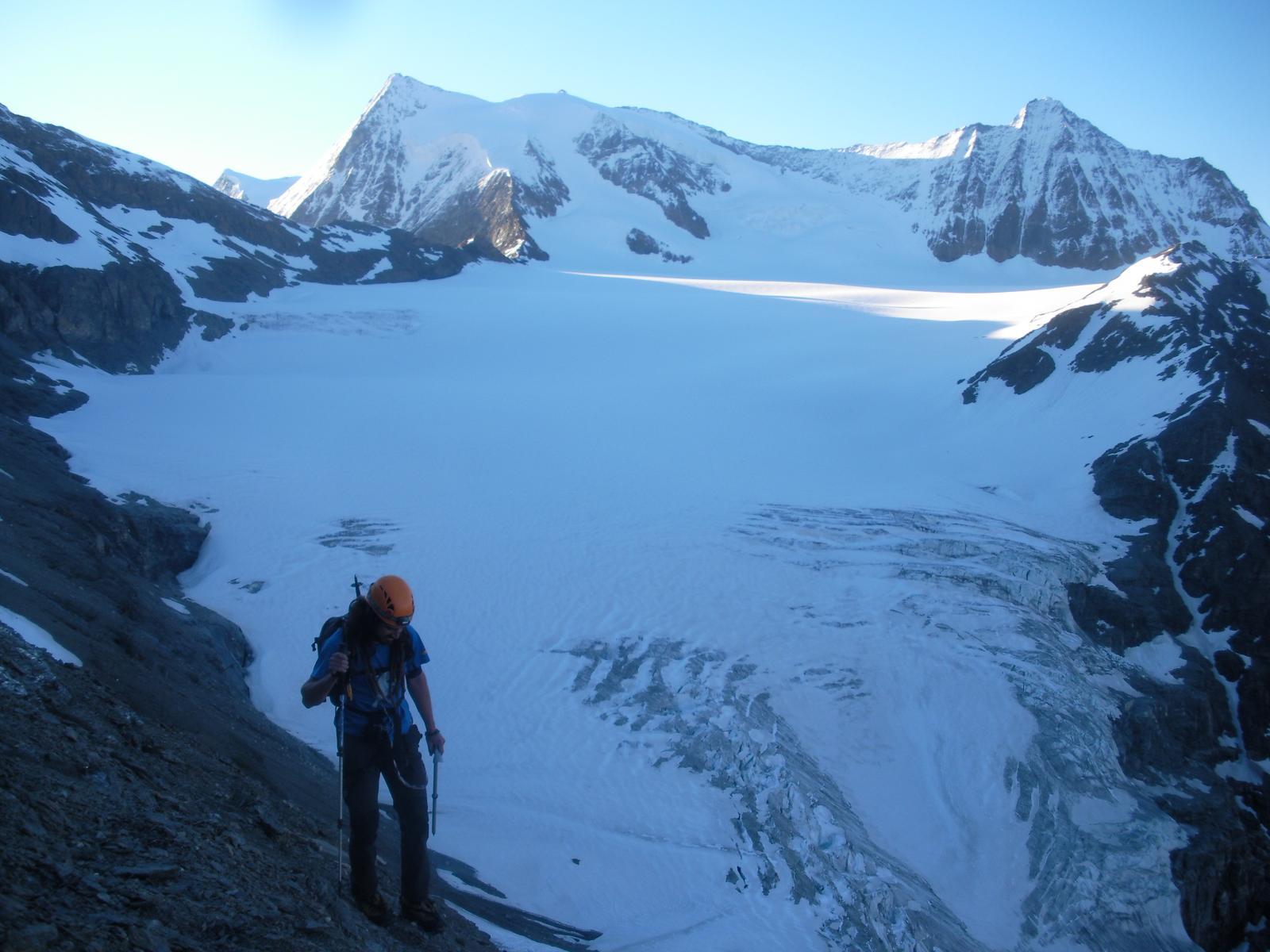 salendo alla Pleureur, con dietro il Glacier du Gietro..