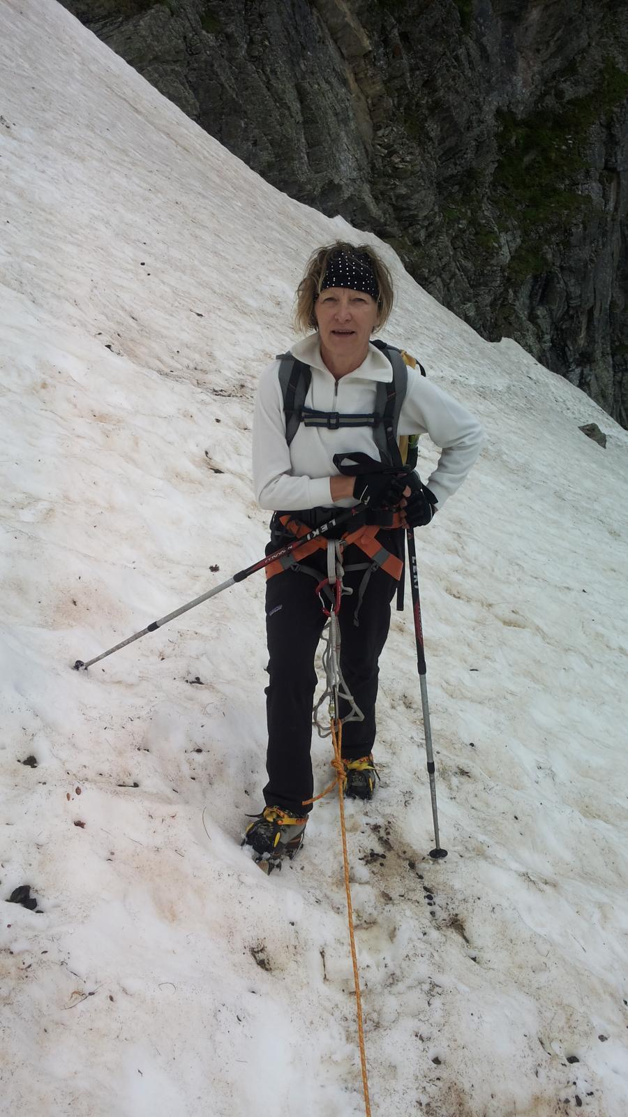 Germana affronta il ripido nevaio.... in sicurezza....