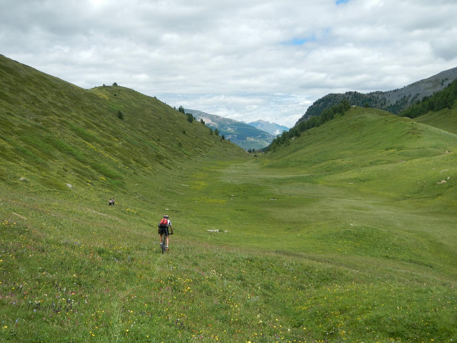 discesa verso il lago Nero; al termine del ripiano si ritrova il sentiero;