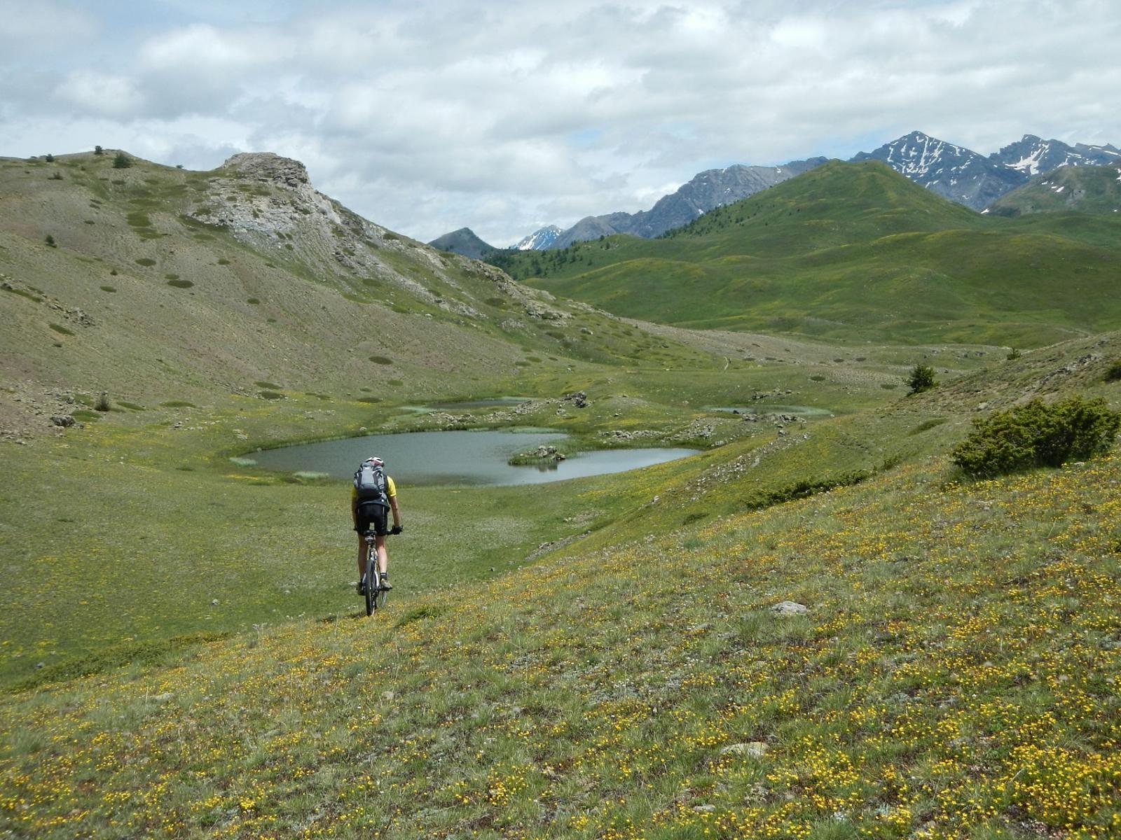 su tracce di sentiero verso un gruppo di piccoli laghi stupendi