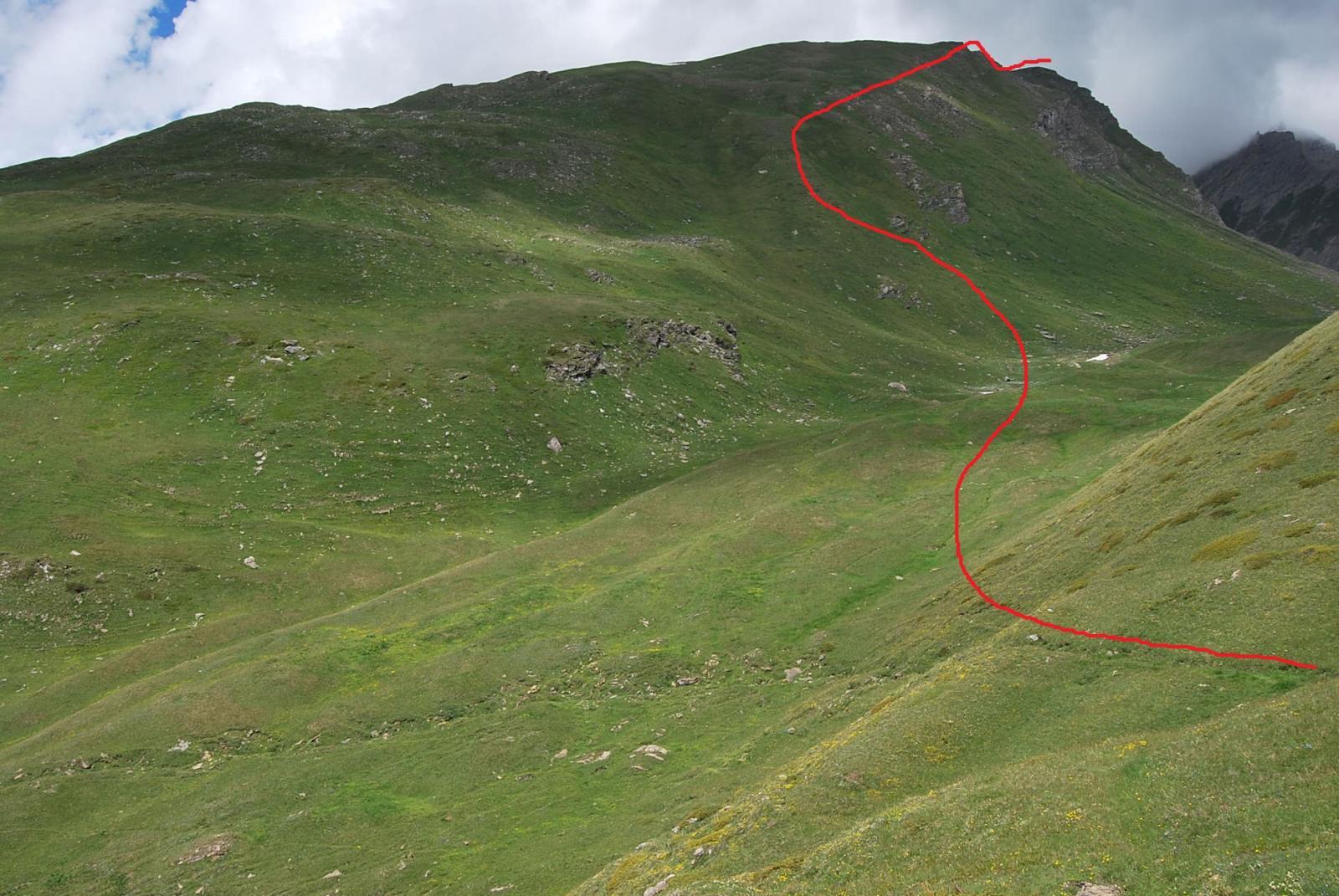 Il valloncello di partenza, l'anticima e la cima viste dal punto di abbandono del sentiero, con la via di salita.