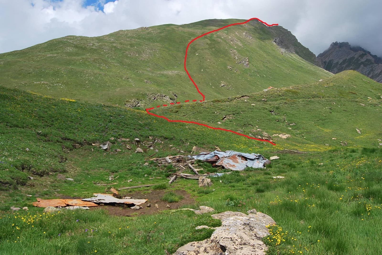 I resti di costruzione, dove si suggerisce di abbandonare il sentiero, e la via di salita.
