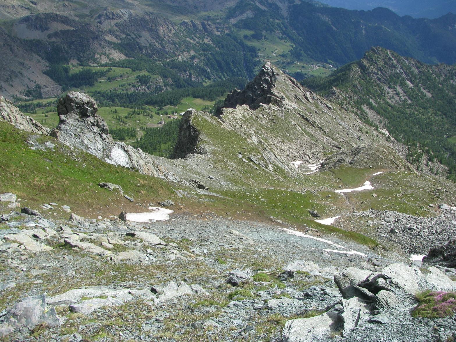 La cresta nord-nord-est che scende verso il Bec Laris