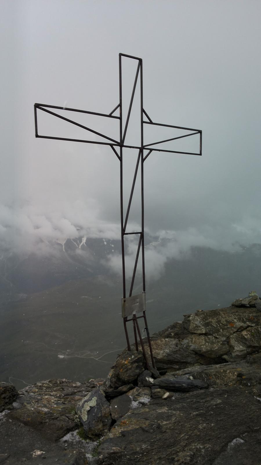 sinistri crepitii elettrici dalla croce