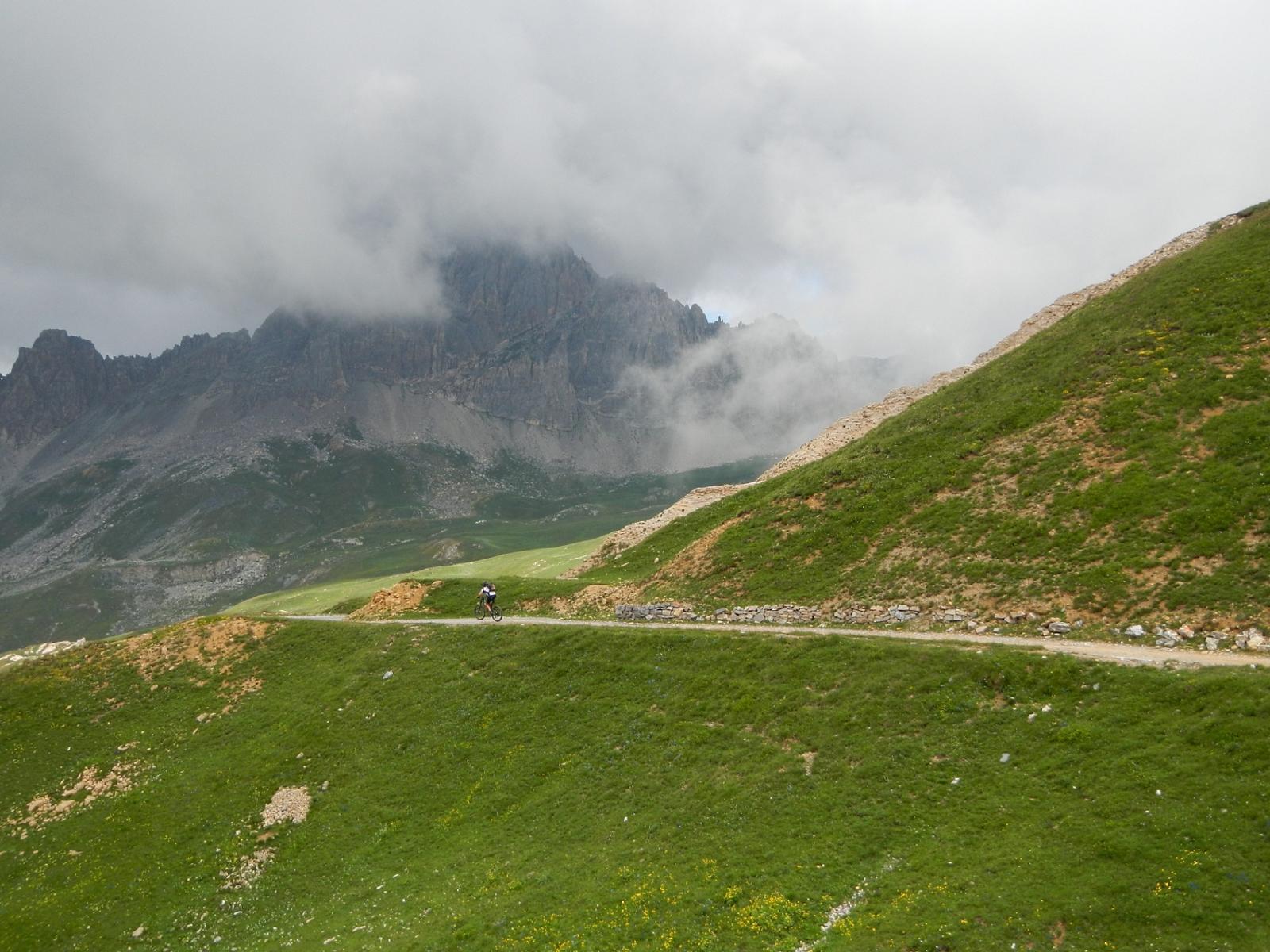 Rocca la Meja tra le nebbie