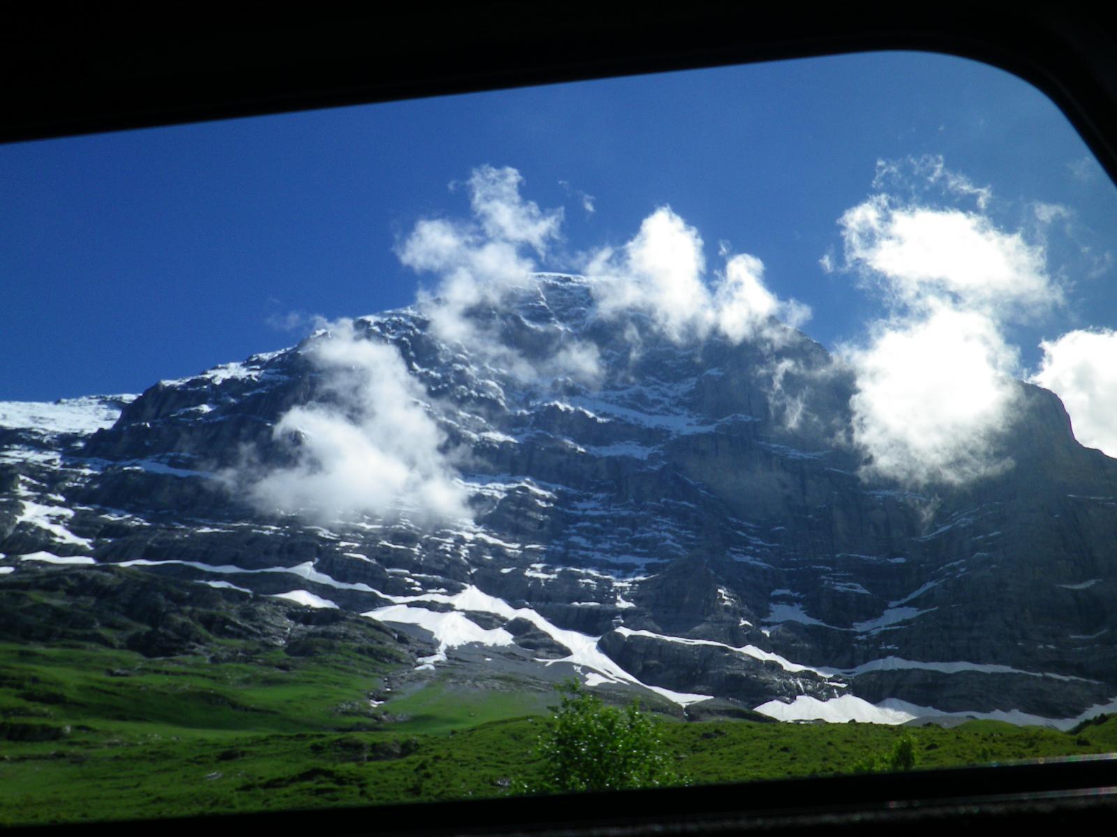 la famosa parete nord dell'Eiger vista dal trenino