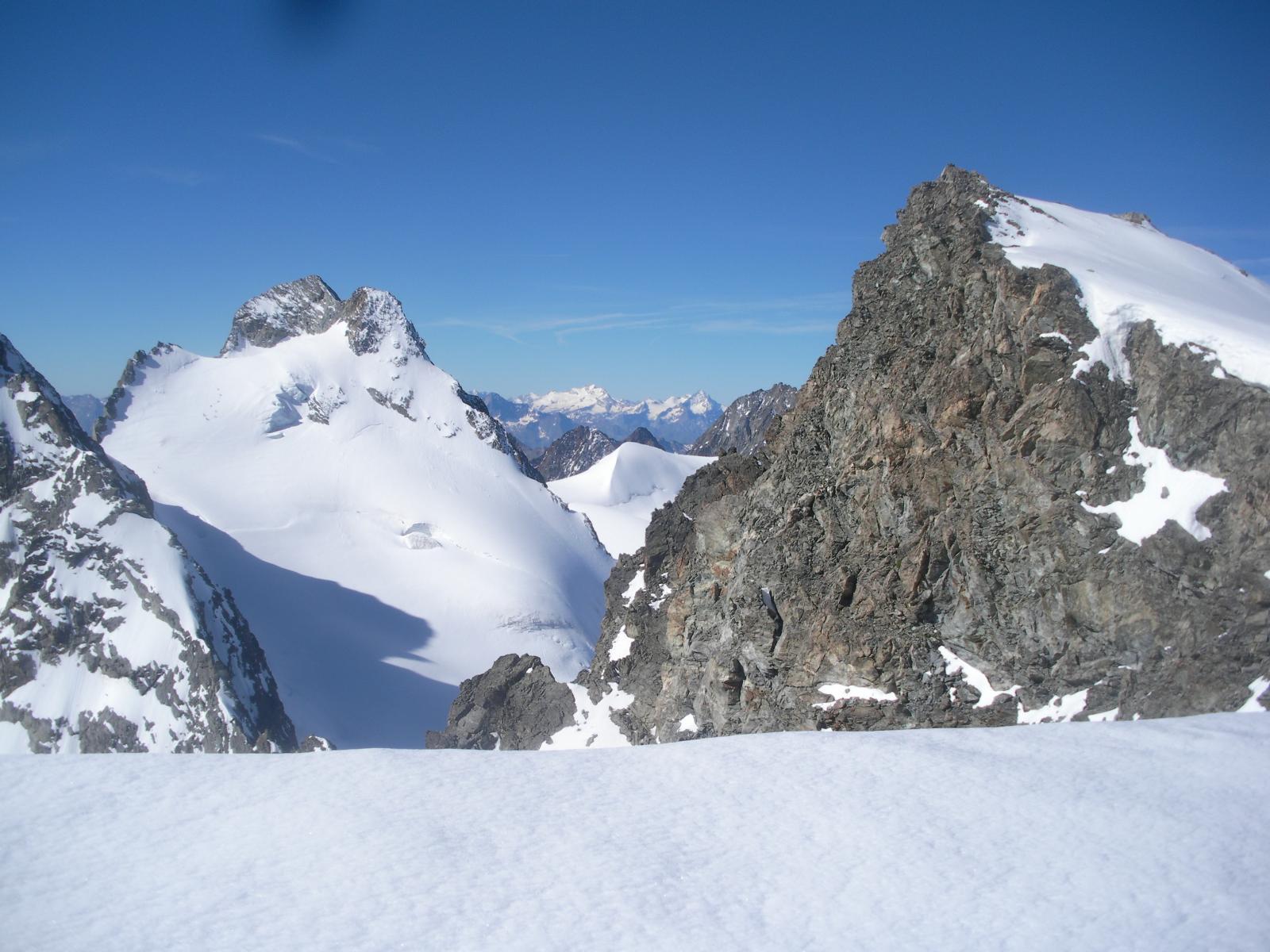 le Chancellier con l'Eveque al centro e piccola in mezzo la Becca d'Oren dai plateau sommitali del M.Collon