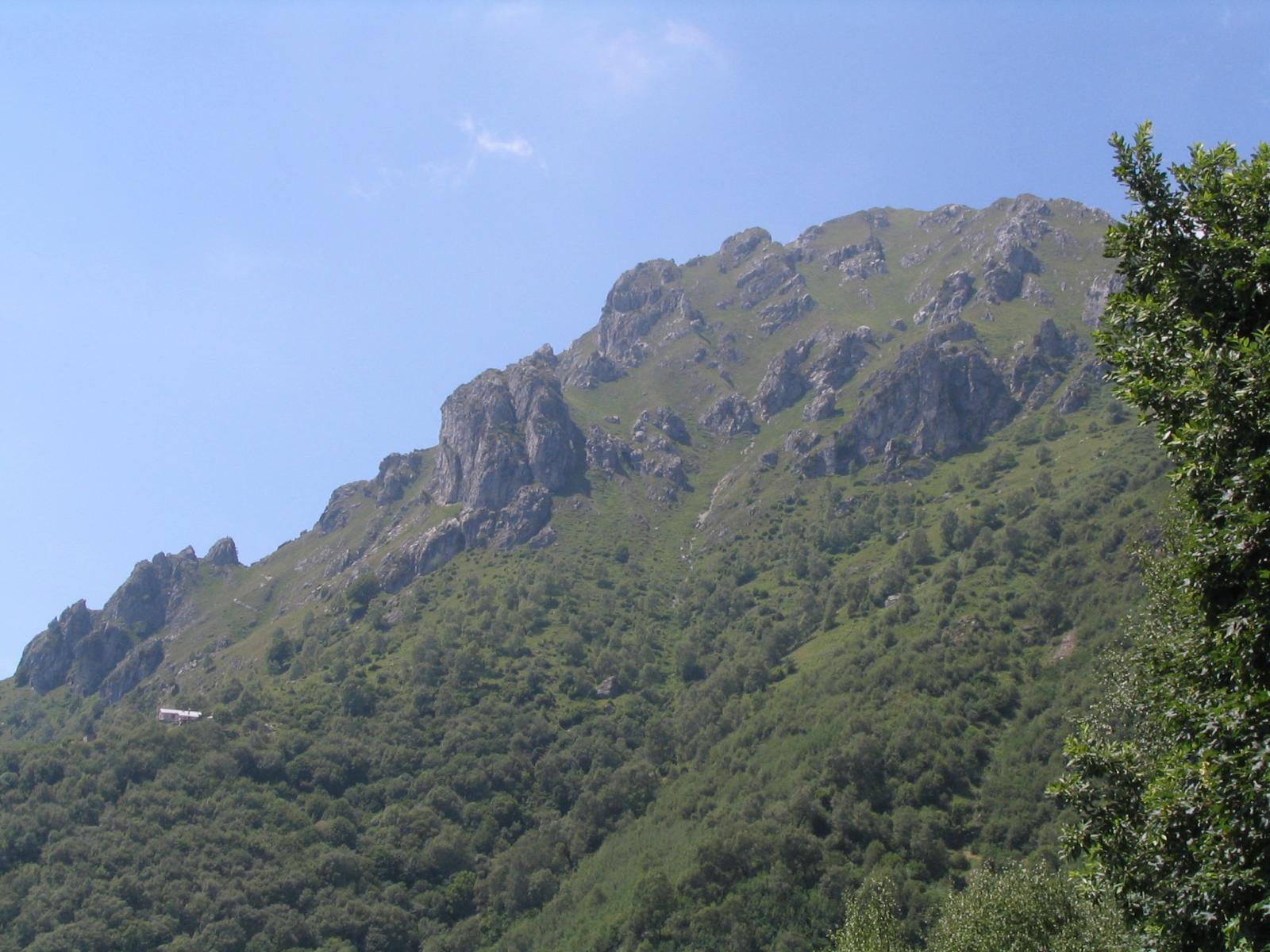 Colpo d'occhio sul rifugio Menaggio e sul Monte Grona (dal sentiero alto)