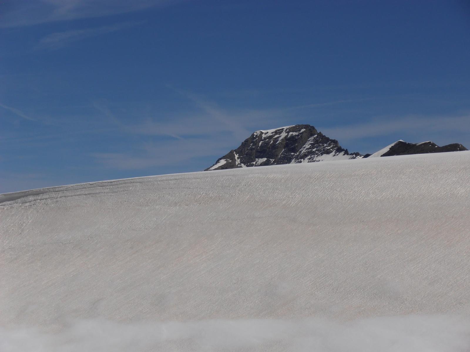 06 - Pointe du Charbonnel che sbuca dal bordo dell'ex lago glaciale