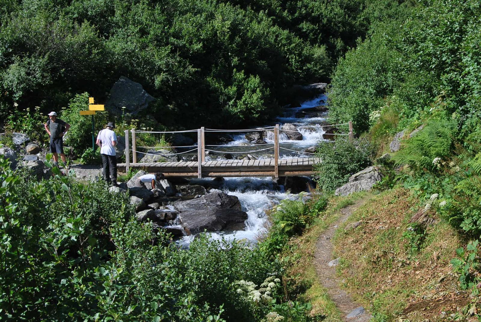 L'attraversamento del torrente. Visto il caldo, è l'area più affollata …