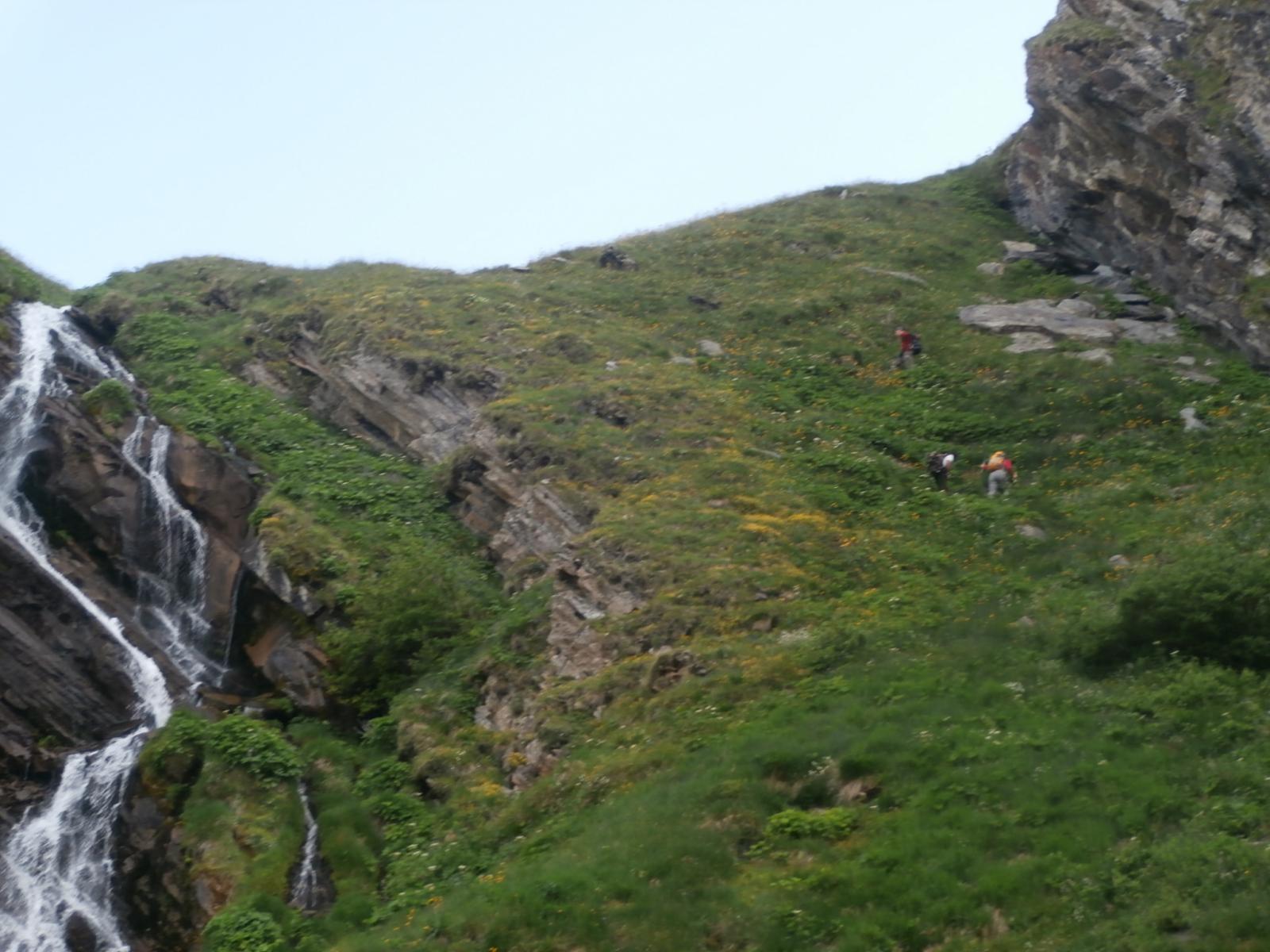 superamento  del canale  prima dell'arrivo all'alpe Bonalè...