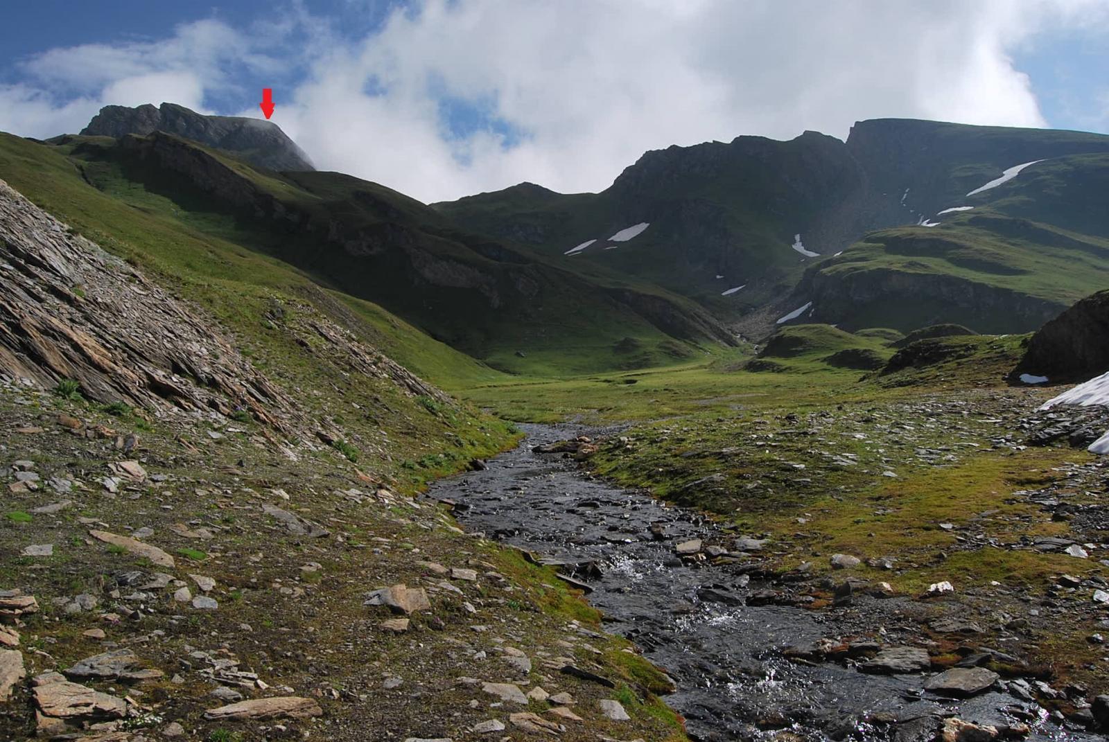 L'arrivo al pianoro e la meta (freccia rossa), poi rivelatasi il Creton du Midi