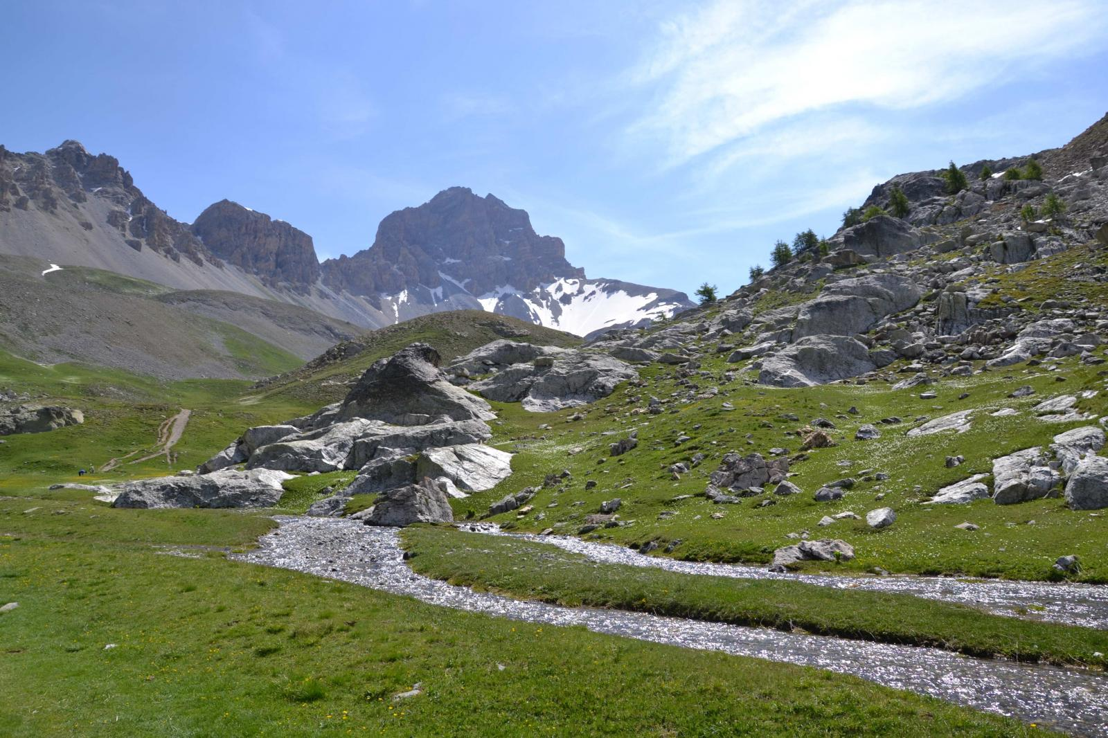 Un guado, sullo sfondo il monte Oronaye