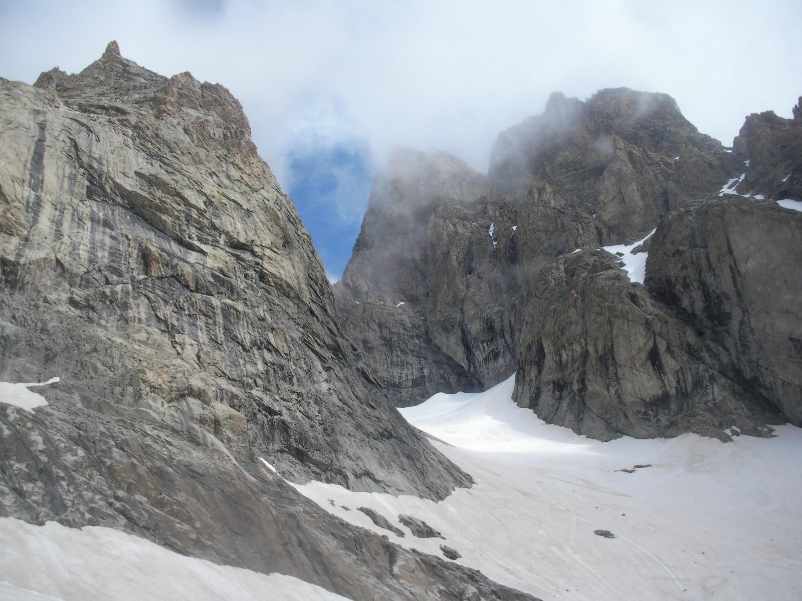 salendo al Col du Glacier Noir con il Pic du Coup de Sabre e il Pic Sans Nom a dx..