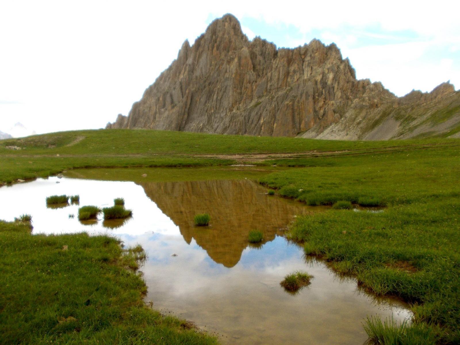 la Meja si specchia nel laghetto