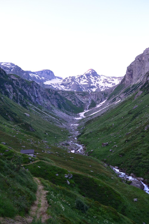 il vallone da percorrere. Sullo sfondo il Cassinello a sinistra ed il Cassimoi a destra