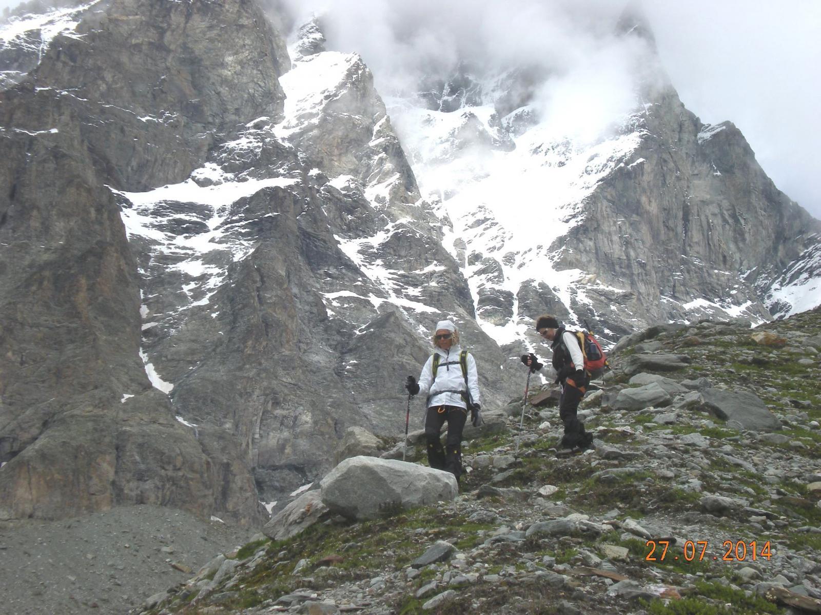 Alessia e Germana scendono la morena ai piedi del Cervino