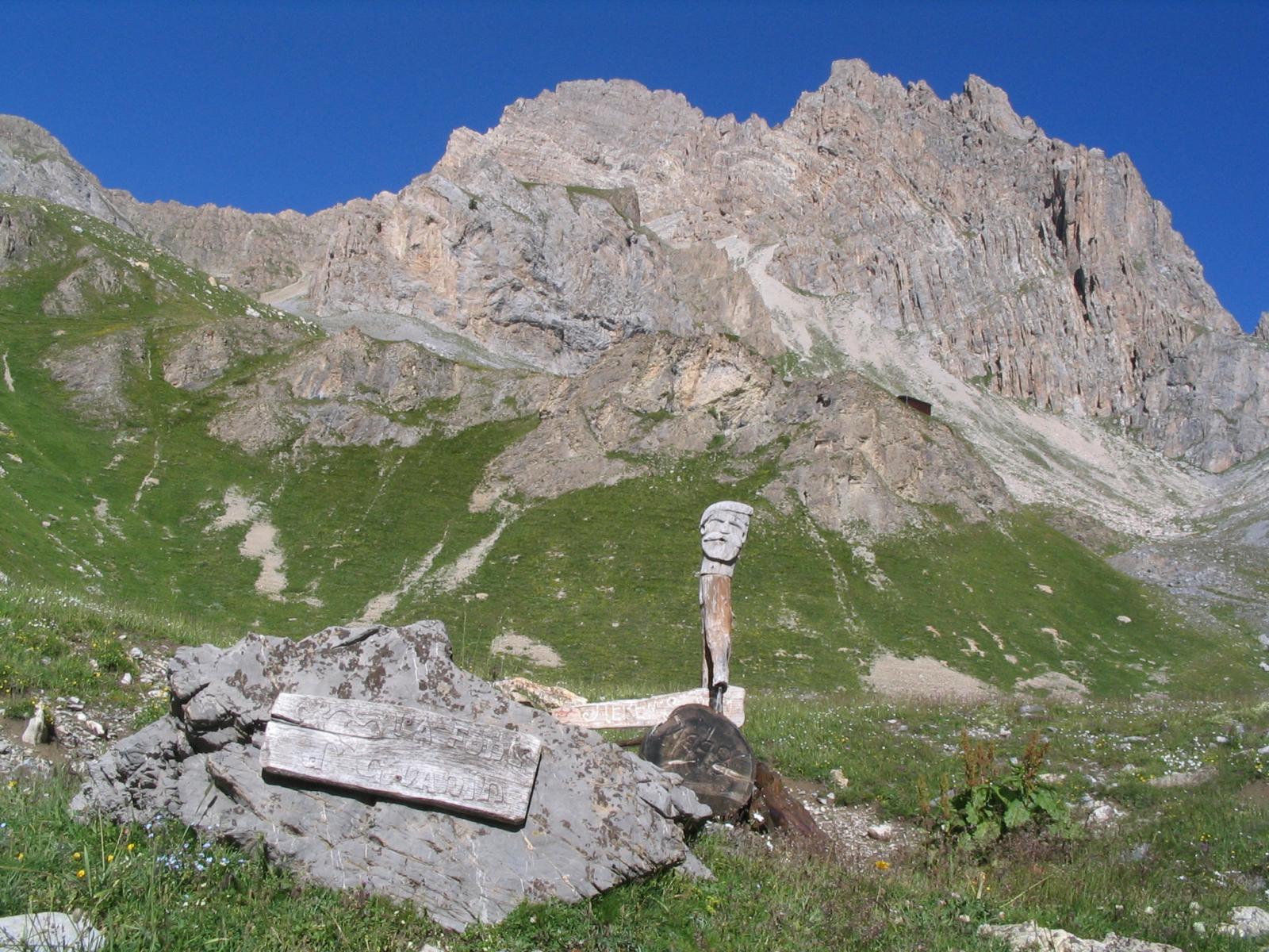 La fonte del Giuanin; sullo sfondo, l'Oronaye