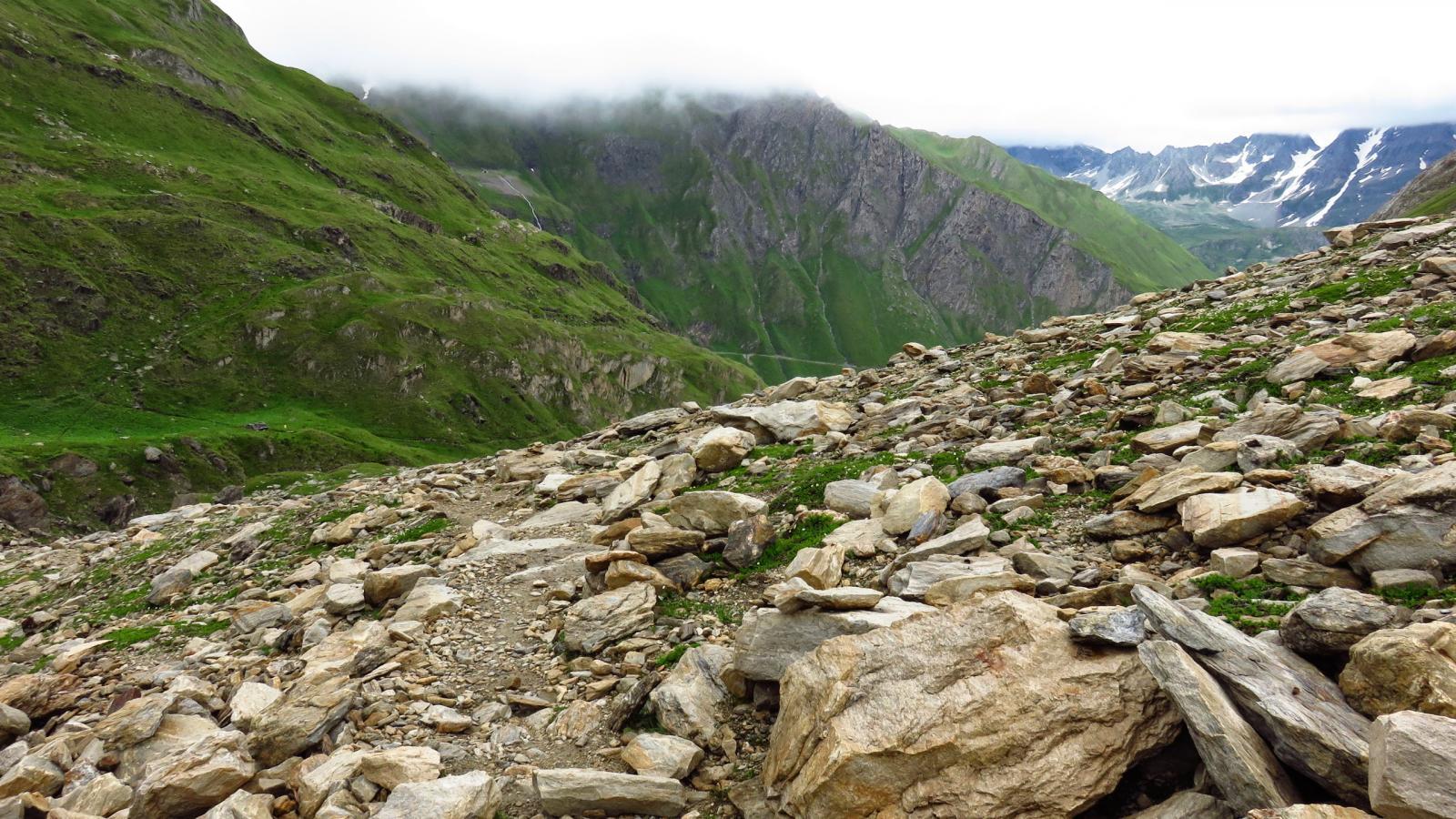 la vasta pietraia da risalire per raggiungere la diga del Lago del Sabbione