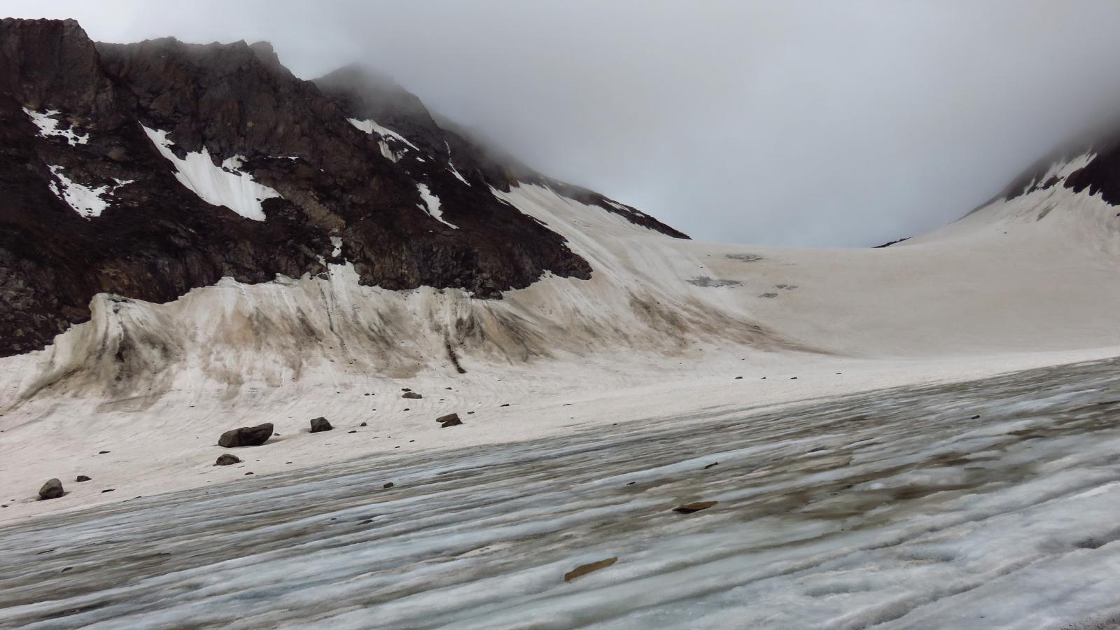 attraversando un tratto con ghiaccio scoperto verso la rampa che porta al Passo Mittleberg