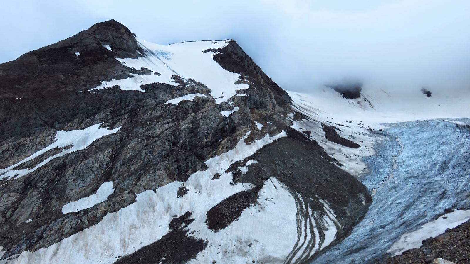 Punta del Sabbione e ghiacciaio omonimo dalla morena sottostante il Rifugio Claudio e Bruno