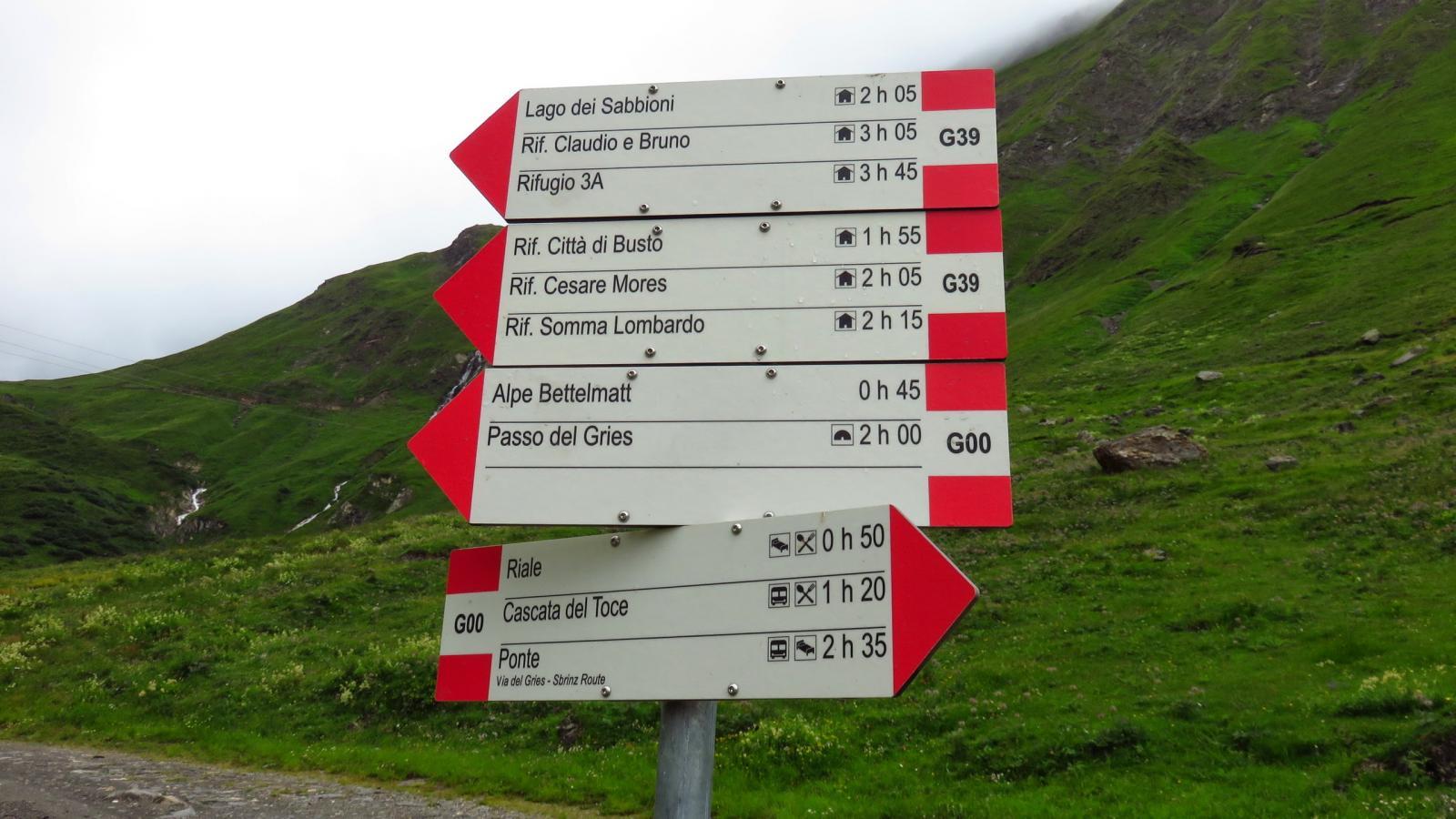 primo bivio con cartelli indicatori nei pressi della funivia di servizio del Lago del Sabbione