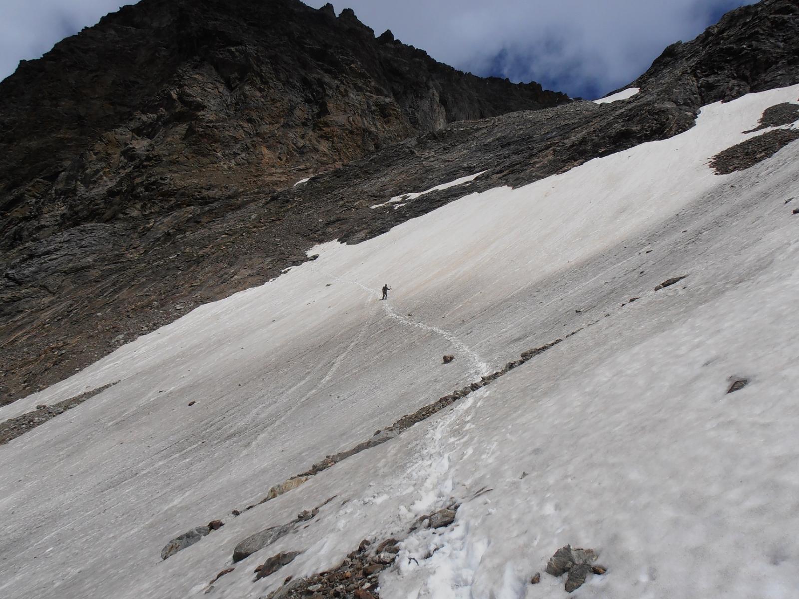 05 - primo nevaio sopra il rifugio Aosta, facile, ma da attraversare con attenzione
