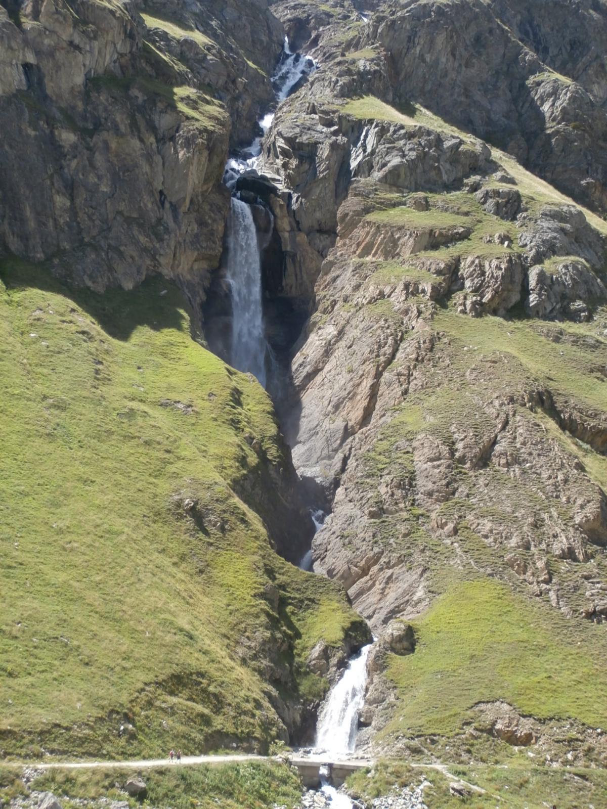 la bella cascata prima del ponte...