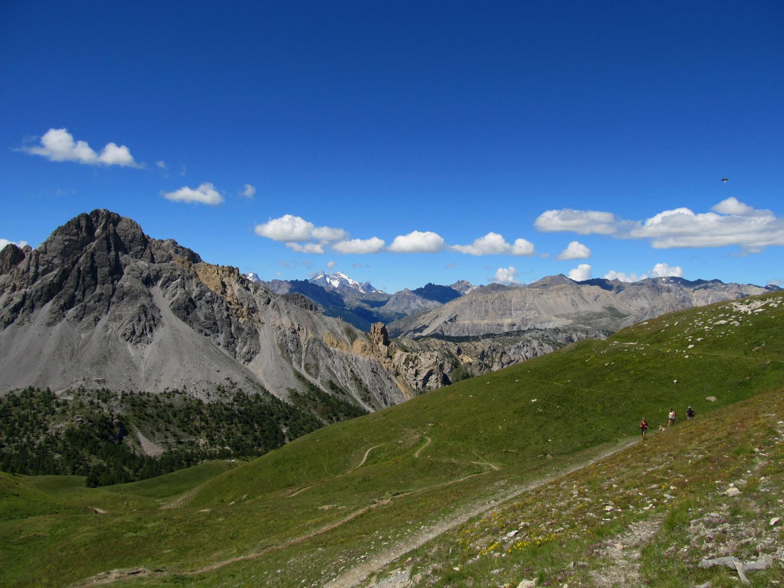 Dal passo, la discesa verso il Col des Acles, in lontananza La Meije