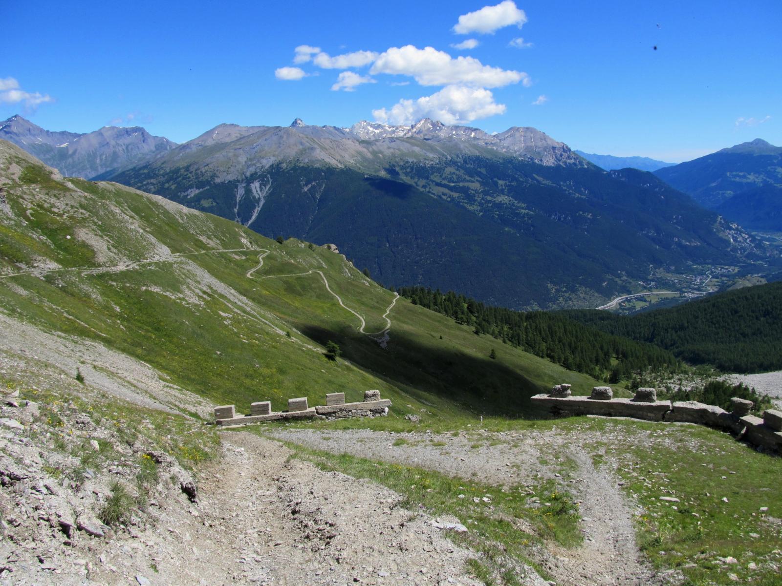 Dal passo il percorso di salita, in lontananza Rognosa, Sommellier e Vallonetto