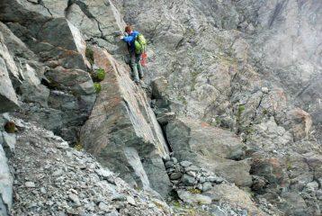 Facili passaggi di roccia poco prima del Colle