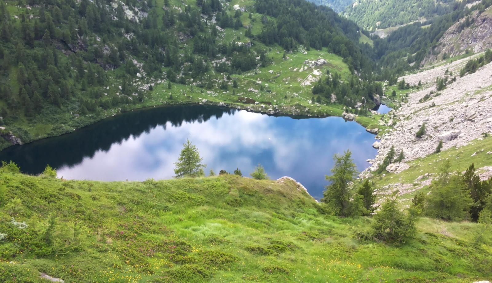 con l'uscita del sole anche il lago inferiore si colora di azzurro