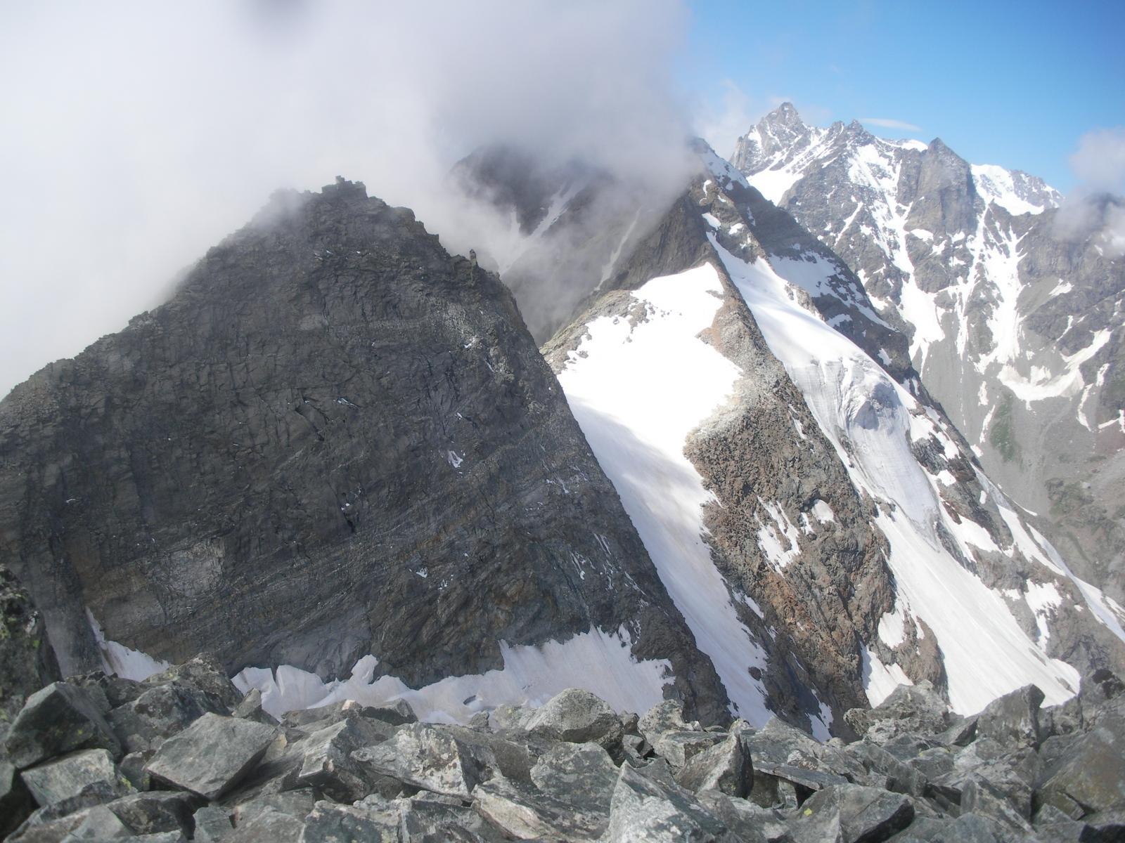 In primo piano la cupa Roccia Azzurra, P.della Sengie (nelle nuvole) e Gr. San Pietro..dal Monveso di Forzo..
